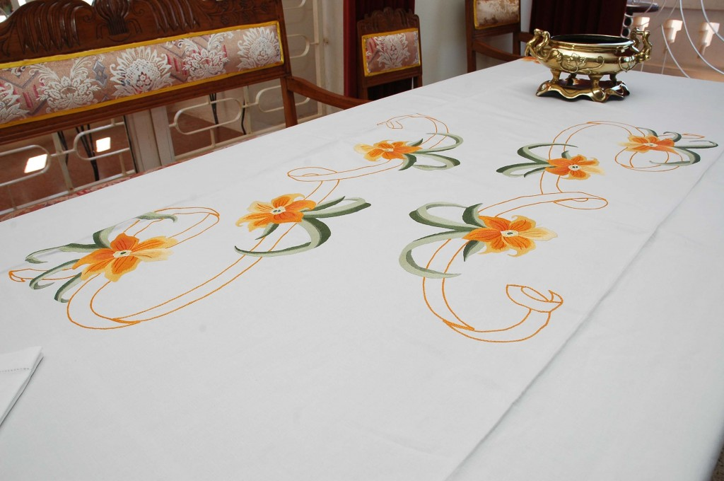 Nappe_de_table_brodee-mains_Ref_003