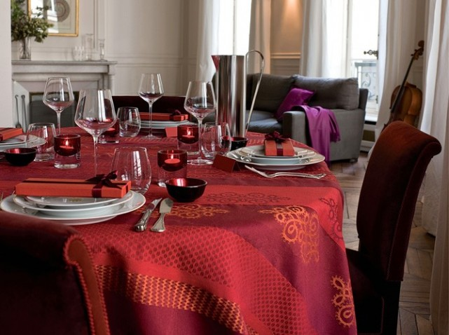 Table-fete-nappe-rouge_w641h478